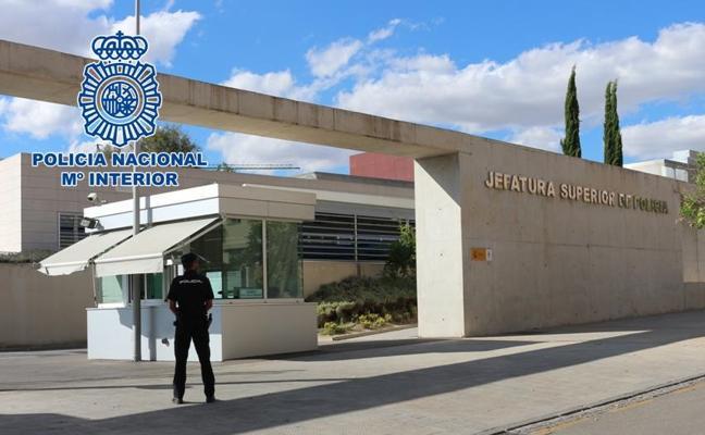 Una mujer devuelve a la Policía Nacional 600 euros que encontró en un cajero de la zona norte de Granada