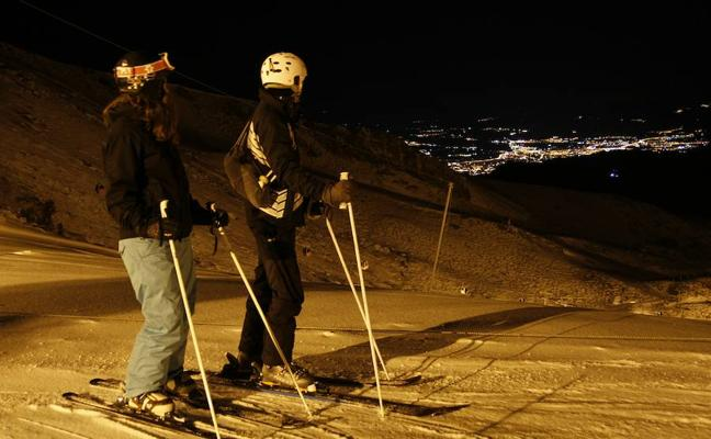 Sierra Nevada observa a Granada de noche