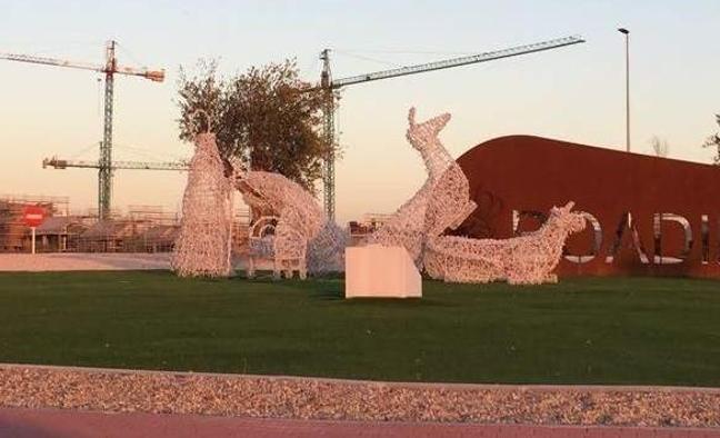 Colocan en actitudes obscenas las figuras de un belén gigante en Madrid
