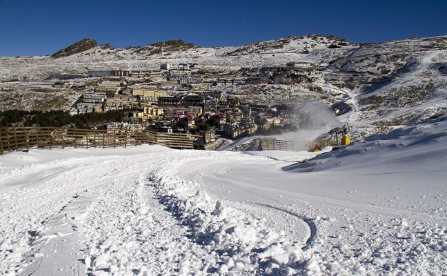 Sierra Nevada abre 54 pistas y empieza el esquí nocturno