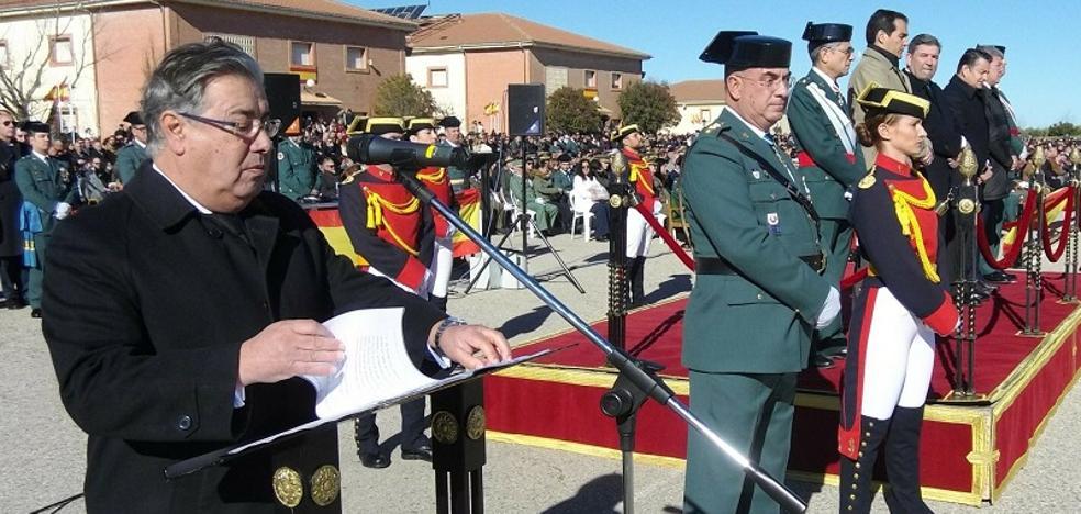 Zoido preside la jura de bandera en Baeza con el recuerdo de los dos guardias civiles asesinados en Teruel
