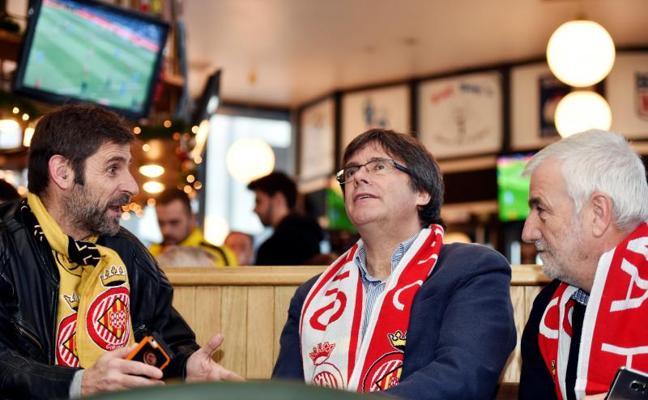 Puigdemont apoya al Girona junto a simpatizantes en un bar de Bruselas