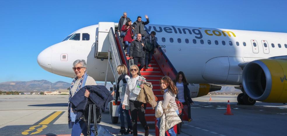 Vueling suspende en enero su nuevos vuelos desde Granada sin comunicarlo