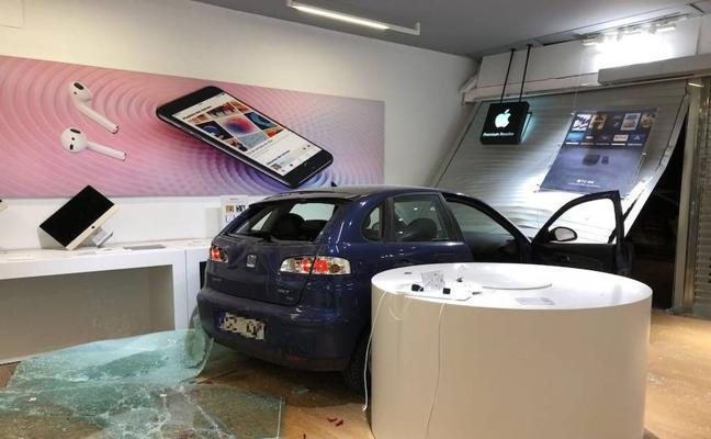 Empotran un coche en una tienda de informática y se llevan un gran botín