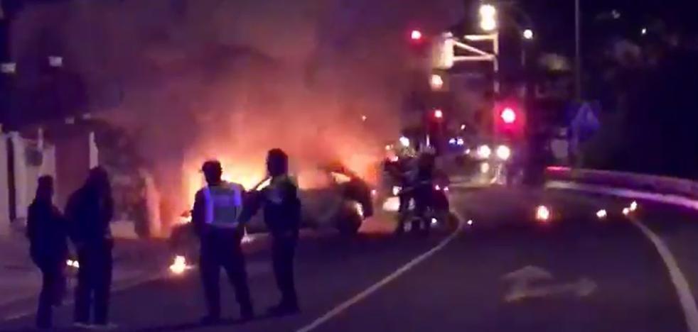 Un coche arde en la N-340 en Almuñécar