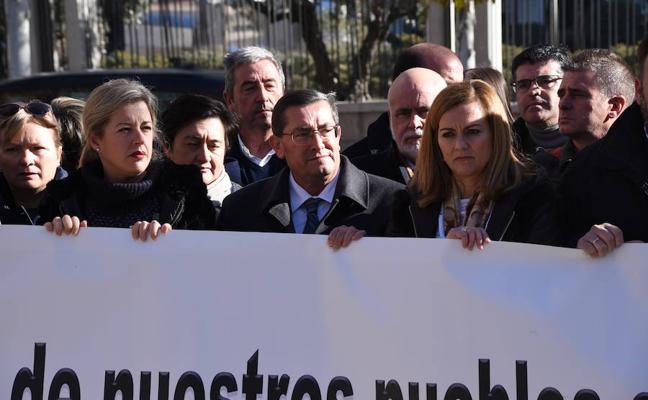 Representantes de Granada, Jaén y Almería reclaman a las puertas del Ministerio de Energía el eje Caparacena-La Ribina