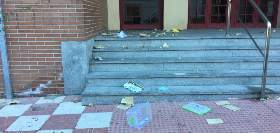 Dejan libros para fomentar la lectura en Otura y acaban destrozados