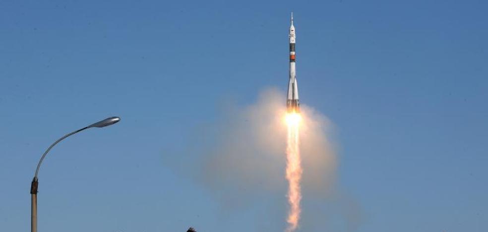 La nave tripulada rusa Soyuz MS-07 se acopla con la Estación Espacial Internacional