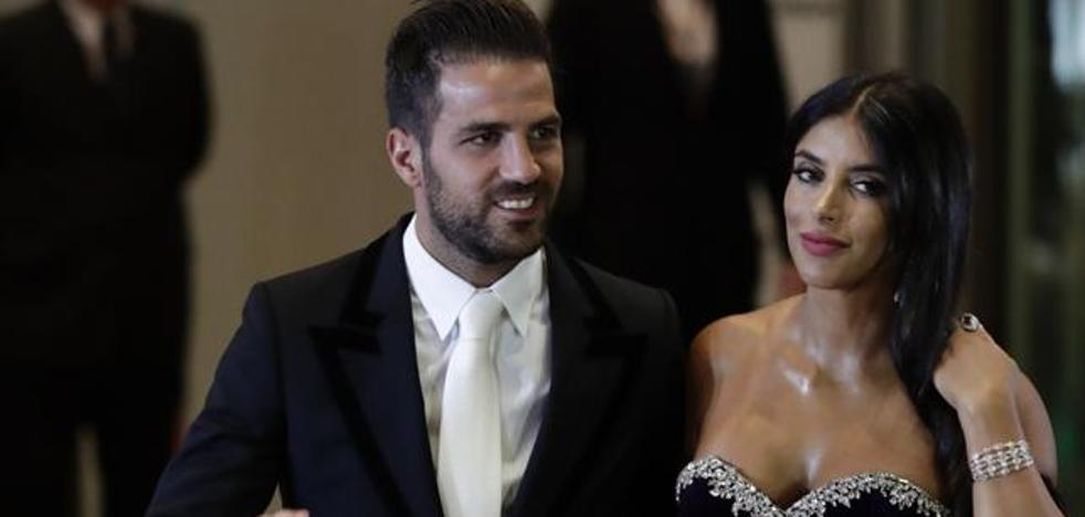 Cesc Fàbregas y su novia dan la sorpresa