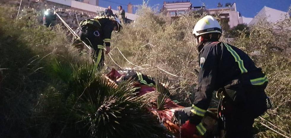 Rescatan a una conductora herida tras caer su coche por un barranco de 50 metros