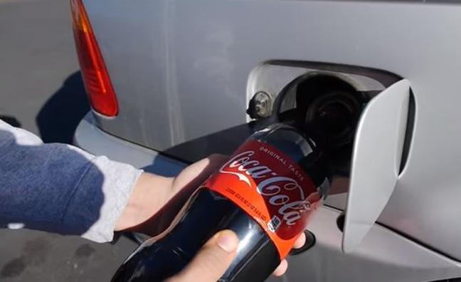 Ni pienses echar CocaCola en el depósito del combustible de tu coche