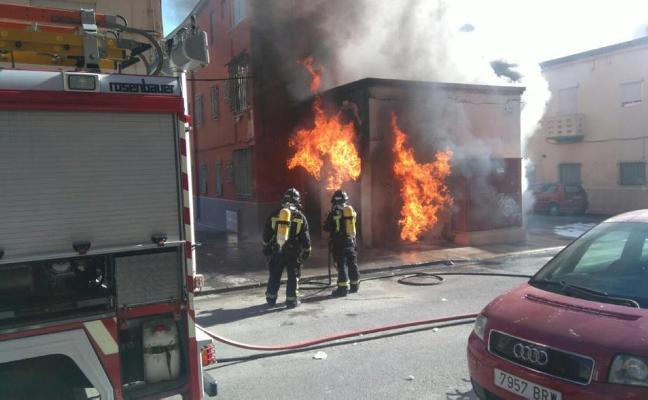 Un incendio en un transformador de El Zapillo deja sin luz al barrio durante horas
