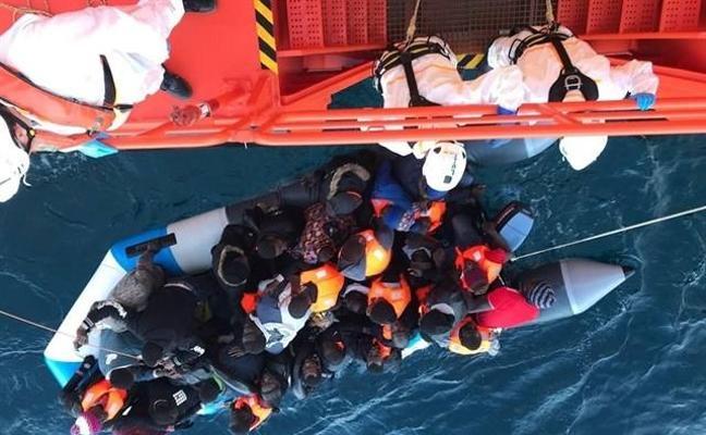 Rescatan a 28 inmigrantes, entre ellos 5 mujeres, a 33 millas de Almería