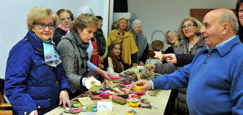 Organizan un mercadillo solidario para Cáritas en el CPA de personas mayores