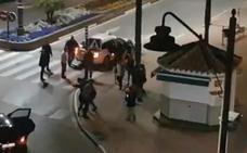 Batalla campal entre los ocupantes de un taxi y un coche en Nochebuena