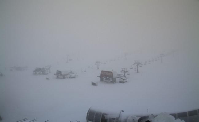 Fuertes rachas de viento impiden la apertura de la estación de Sierra Nevada