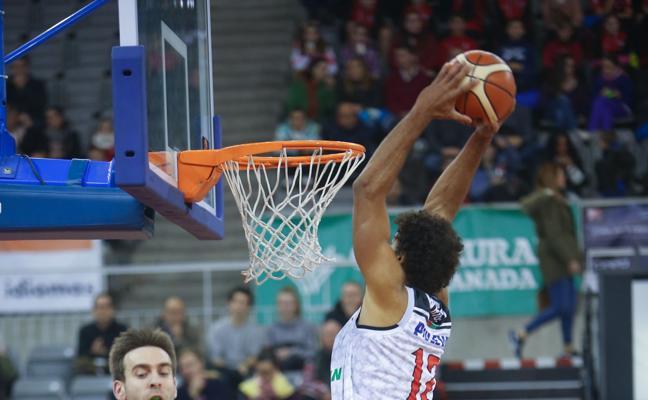 El Coviran consigue su séptima victoria consecutiva al vencer al Baskonia por 61-74