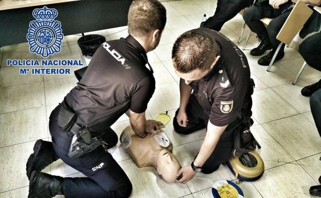 Cuatro agentes de la Policía Nacional salvan la vida a un hombre en Motril practicándole el masaje cardiopulmonar