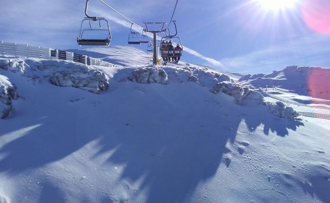 Sierra Nevada sigue recuperando superficie esquiable tras la borrasca