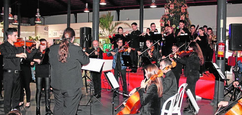 La Orquesta Joven Almería ameniza a los almerienses en el mercado central