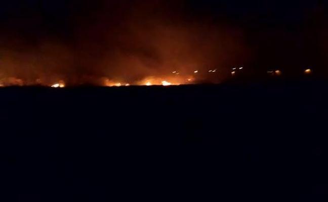 Más de 30 personas desalojadas por un incendio originado en un descampado en Motril