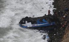 Encuentran otros dos cuerpos y suben a 53 las víctimas del accidente de autobús en Perú
