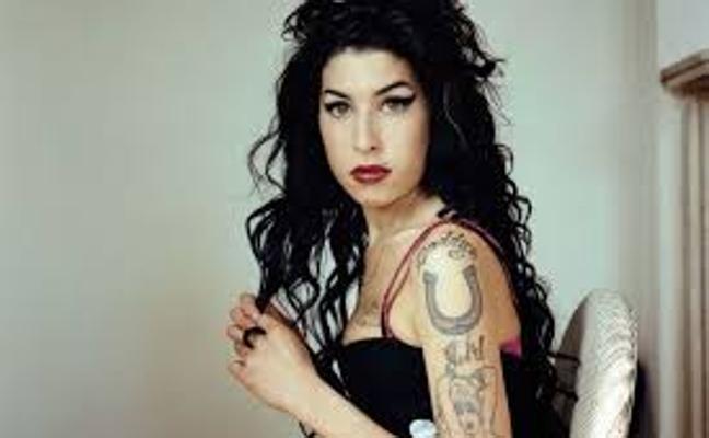 El fantasma de Amy Winehouse visita a su padre: «Llega y se sienta a los pies de la cama...»