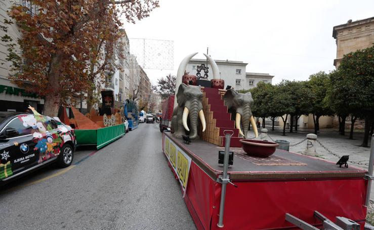 Las carrozas de la Cabalgata ya esperan a los Reyes Magos en las calles de Granada