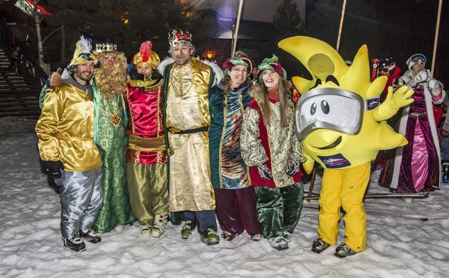 Centenares de niños reciben a los Reyes Magos esquiadores de Sierra Nevada
