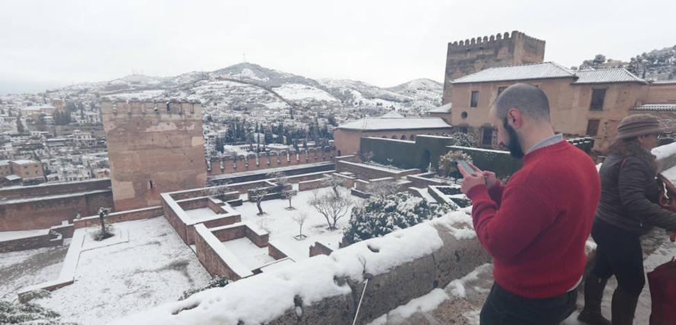 Un manto blanco cubrió la Alhambra y cortó 40 kilómetros de autovía