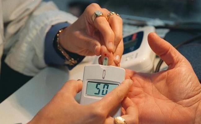 Pincha a una mujer con la aguja que acababa de usar por la diabetes