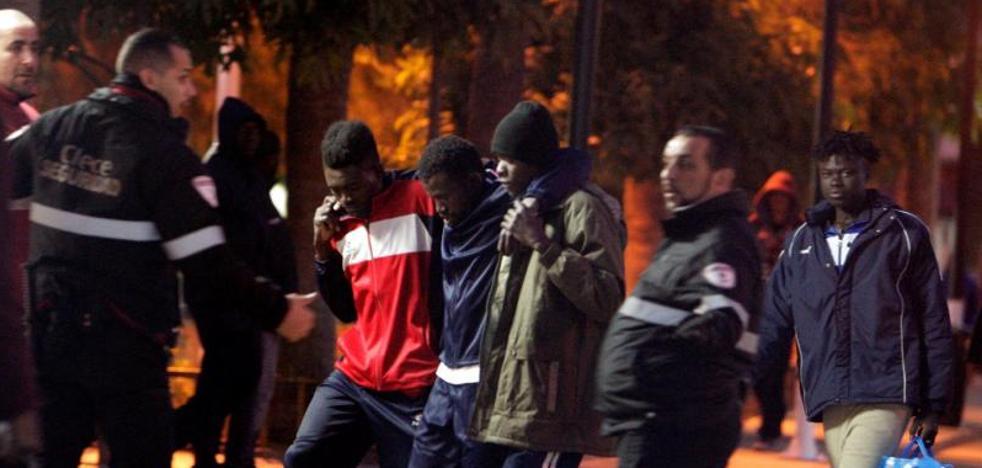 Más de 200 inmigrantes logran acceder a Melilla en un «violento salto» con un guardia civil herido