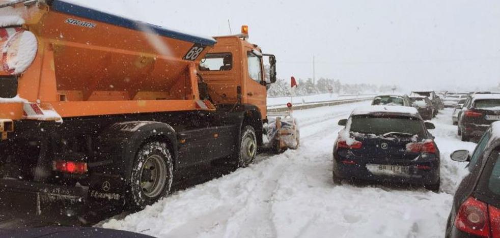 La DGT reabre la AP-6 tras cortarla por la nevada