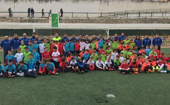 Las jóvenes promesas del fútbol provincial rinden homenaje a la figura de Quico Álvarez