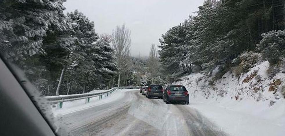 La A-395 vuelve a cerrar al tráfico por ventisca y acumulación de nieve