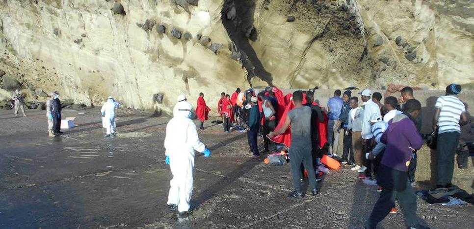 Llegan al puerto de Almería las 51 personas que alcanzaron la isla de Alborán en una patera