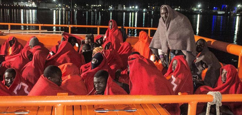 Llegan a Motril las 60 personas rescatadas en el Mar de Alborán