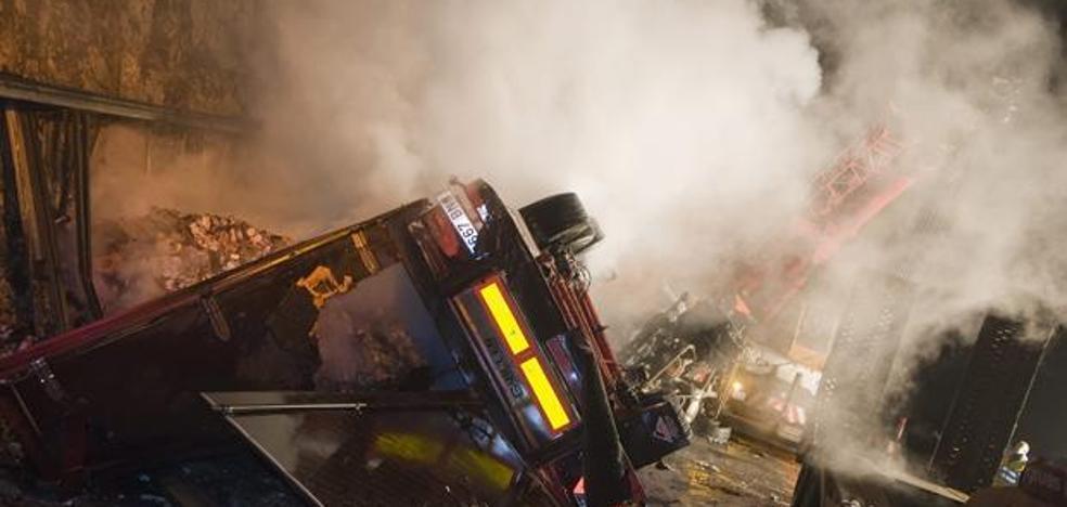 Muere un camionero calcinado tras chocar y arder dos camiones en Zaragoza