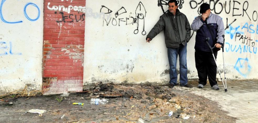 Vecinos de la calle Blasco Ibáñez piden la sustitución de la red de saneamiento