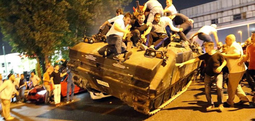 Turquía readmite a más de 1.800 funcionarios cesados tras el fallido golpe de 2016