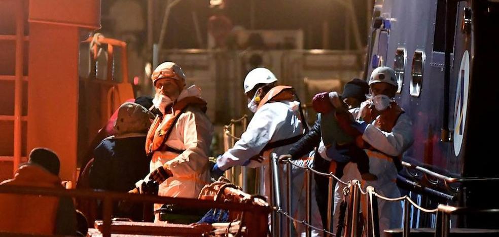 Llegan al puerto de Almería, las 32 personas rescatadas, entre ellas, un bebé