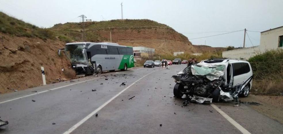 Fallece una persona y cinco resultan heridas en una colisión entre un autobús y un turismo en Balanegra