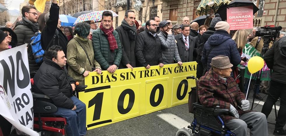 Un millar de personas se manifiestan por el aislamiento ferroviario de Granada