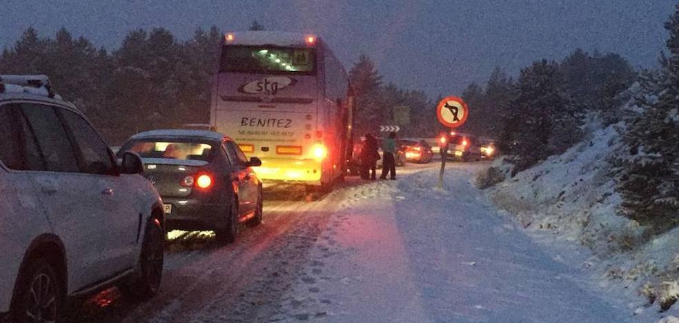La nieve mantiene cortado el Puerto de la Ragua y obliga al uso de cadenas en varias carreteras