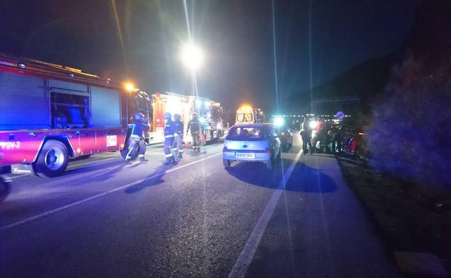 Cuatro heridos, dos menores, tras un choque frontal anoche en Sierra Nevada