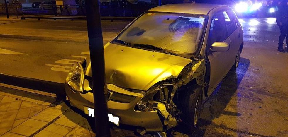 Se estrella contra una farola del Zaidín un conductor que cuadruplicaba la tasa de alcohol