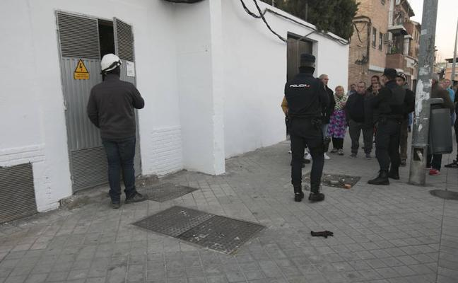 Una sobrecarga en la red por enganches ilegales deja sin suministro a 500 vecinos en Haza Grande