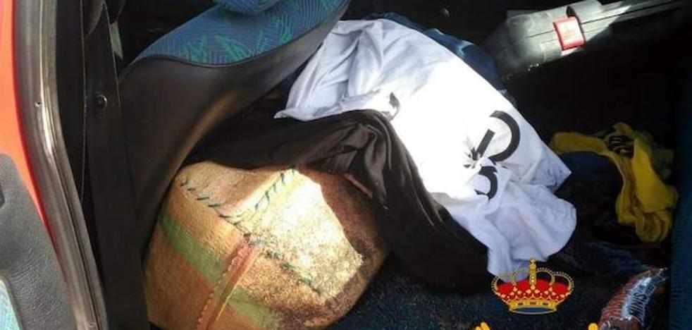 Condenado a tres años un hombre que intentó llevarse un fardo de hachís que halló en la playa