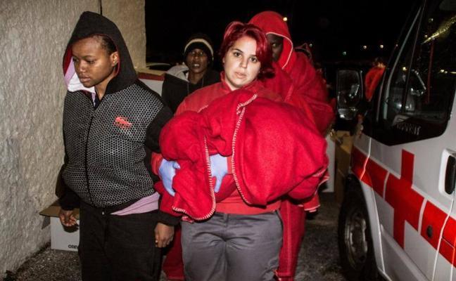 Trasladadas al hospital de Motril a dos mujeres embarazadas rescatadas de dos pateras
