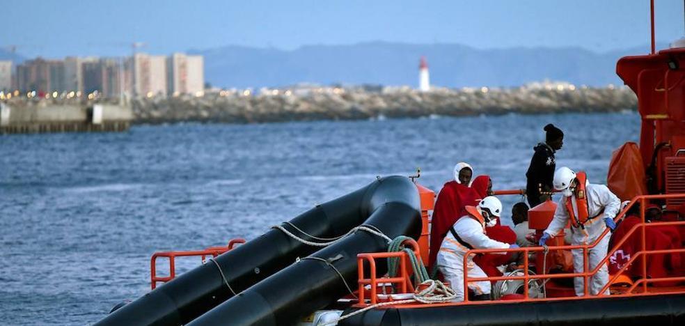 Llegan al puerto de Almería las 34 personas rescatadas, entre ellas dos mujeres